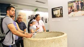 Khách quốc tế tham quan Bảo tàng Chứng tích chiến tranh. Ảnh: LÊ MINH