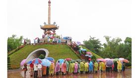 Tưởng niệm các liệt sĩ dưới mưa