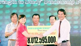 """Ông Lê Quốc Phong (bìa phải) trao số tiền thu được từ giải golf tặng Quỹ học bổng """"Tiếp sức đến trường"""". Ảnh: LÊ QUANG"""