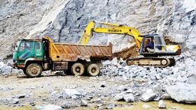 Kiểm soát hoạt động khai thác khoáng sản để hạn chế ô nhiễm môi trường. Ảnh: Phương Hà