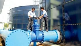 Nhân viên Sawaco kiểm tra hệ thống cấp nước.