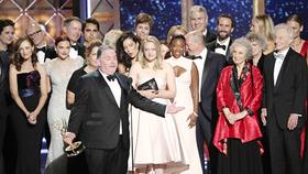 Ê kíp phim The Handmaid's Tale trên sân khấu Emmy 2017. Ảnh: Reuters