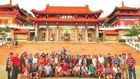 Du khách tại đền Văn Võ