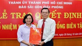 Đồng chí Thân Thị Thư, Ủy viên Ban Thường vụ Thành ủy, Trưởng Ban Tuyên giáo Thành ủy TPHCM trao quyết định bổ nhiệm lại chức danh Tổng Biên tập Báo SGGP đối với đồng chí Nguyễn Tấn Phong