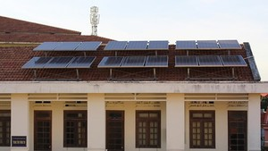 Electricity-generating solar panels mounted on the roof of a building in Binh Thuan province (Photo: thanhnien.vn)