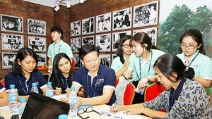Vietnamese students and their international peers exchange startup ideas at a workshop (Photo: SGGP)