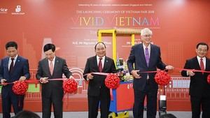 Vietnamese PM Nguyen Xuan Phuc & representatives cut the ribbon at the opening ceremony of Vietnamese goods week in Sinapore