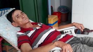 范文才躺在租住房,等待有錢入院治療。