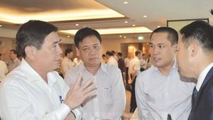 市人委會主席阮成鋒與各投資商交談。(圖源:越通社)