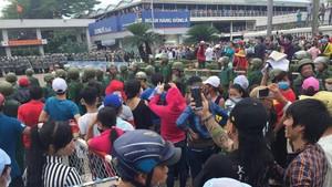 市公安廳:加緊處置 310 個擾亂公共秩序場合。圖為6月11日上千工人在寶元公司門前聚眾上街造成社會秩序混亂。(圖源:VTC)