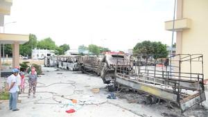 藩里門鎮消防隊的多輛消防車被縱火燒毀。(圖源:德仲)
