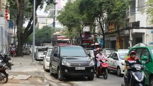 狹窄街道上隨處可見汽車在路邊停泊情況。