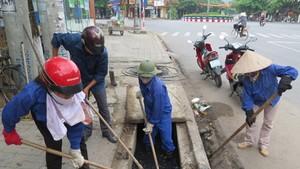 都市陸路排水管理隊工人正在疏浚沙井。