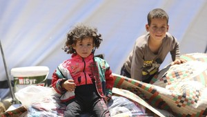 近期敘利亞西南部德拉省衝突不斷升級,逃離戰火的家庭在敘利亞與約旦接壤的邊境地帶支起帳篷。(圖源:聯合國兒基會)