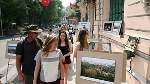 國際遊客觀光河內街道並觀賞街道圖展。(圖源:互聯網)