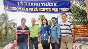 第八郡越南祖國陣線委員會、豐富會館代表參加新橋落成儀式。