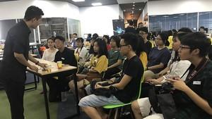 學生們聆聽演講者分享選擇職業的經驗。