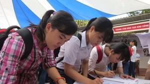 青年在輔業中心登記應徵手續。(圖源:陶玉石)