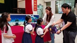 符國焌與夫人朴智善送月餅給學生。