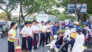 學校秩序隊參加調節交通,確保校門前的安全。
