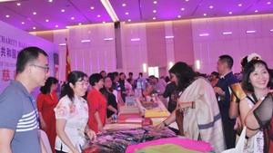 中國商會本市分會與香港商會積極參加義賣。