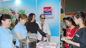 南發成公司在食品展上向顧客推介產品。