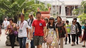 旅遊總局建議公安部對外安寧局介入調查慶和省偽造導遊證團夥。圖為帶團的1名中國導遊在給中國遊客做嚮導。(示意圖源:互聯網)