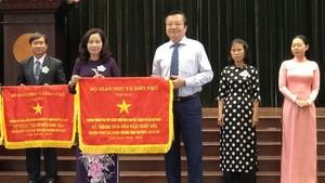陳開源高中學校榮獲出色錦旗。
