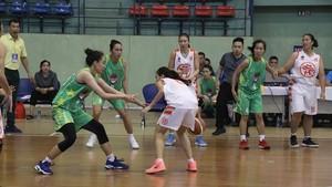 女子組胡志明市隊(淺綠衣)以60比53勝河內隊。