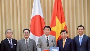 市人委會主席阮成鋒(右二)向日本千葉縣知事森田健作閣下贈送紀念品。(圖源:越通社)