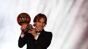 莫德里奇捧起金球獎。(圖源:互聯網)