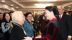 國會主席阮氏金銀看望駐韓國大使館幹部、人員與僑胞。 (圖源:越通社)
