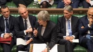 """英首相特蕾莎‧梅(中)與各位大臣辯論""""脫歐"""" 協議。(圖源:AP)"""