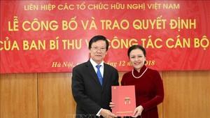 中央組織部副部長何班(左)向外交部副部長阮芳娥轉授黨中央書記處關於幹部工作第939號《決定》。(圖源:越通社)
