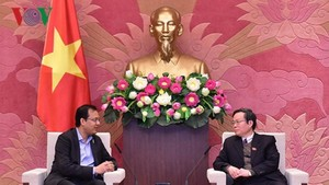 國會副主席馮國顯(右)接見越南可口可樂公司總經理桑科特。(圖源:VOV)