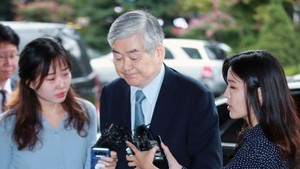 This photo taken on Sept. 20, 2018 shows Hanjin Group and Korean Air Lines Co. Chairman Cho Yang-ho walking into the Seoul Southern District Prosecutors' Office for questioning on a slew of alleged irregularities. (Yonhap)