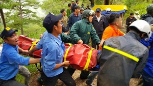 The rescue forece carry out the victim's body from the scene.