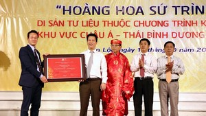 The certificate recognising 'Hoang Hoa su trinh do' (The Envoy's Journey to China ) as part of documentary heritage in Asia and the Pacific under UNESCO's Memory of the World Programme is presented on October 16 (Photo: VNA)
