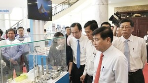 Chairman of the municipal People's Committee, Nguyen Thanh Phong visits a display stall of an enterprises producing a key product in HCMC.