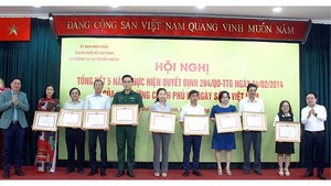 Individuals and teams are honored for organizing Vietnam Book Day (Photo: SGGP)