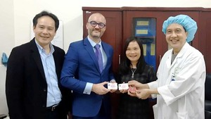 Staffs of Embassy of France in Vietnam show their card of organ donation (Photo: SGGP)