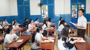 A supervisor is popularizing regulation for candidates in Tran Khai Nguyen High School (Photo: SGGP)
