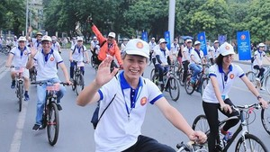 Participants of the ASEAN Family Day 2019 in Hanoi cycle together (Photo: VNA)