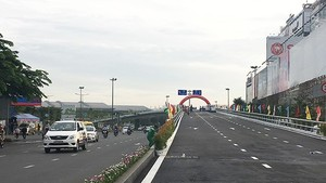 Last branch of steel flyover project at the Nguyen Thai Son-Nguyen Kiem junction in Go Vap is put into use this morning