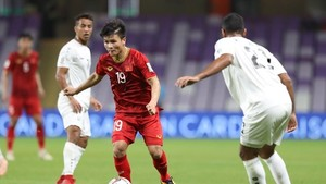 Vietnamese midfielder Nguyen Quang Hai (Number 19) dribbles in a match against Yemen (Photo: VNA)