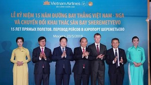 PM Nguyen Xuan Phuc (fourth from left) attends the ceremony to mark the 15th anniversary of Vietnam Airlines' direct flight to Russia. (Photo: VNA)