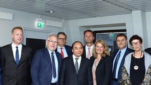 Prime Minister Nguyen Xuan Phuc (third from left, first line) receives leaders of leading Norwegian groups (Source: VNA)