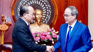 Secretary of HCMC Party Committee Nguyen Thien Nhan receives new Singaporean Consul General to the city Kho Ngee Seng Roy on July 24, 2019 (Photo:Hoang Hung)