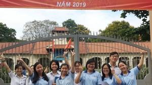 10名獲選參加華文科考試的考生合影。