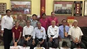 林氏大宗祠常值副理事長林進璋與各理事向各位70歲高齡的宗親祝賀。